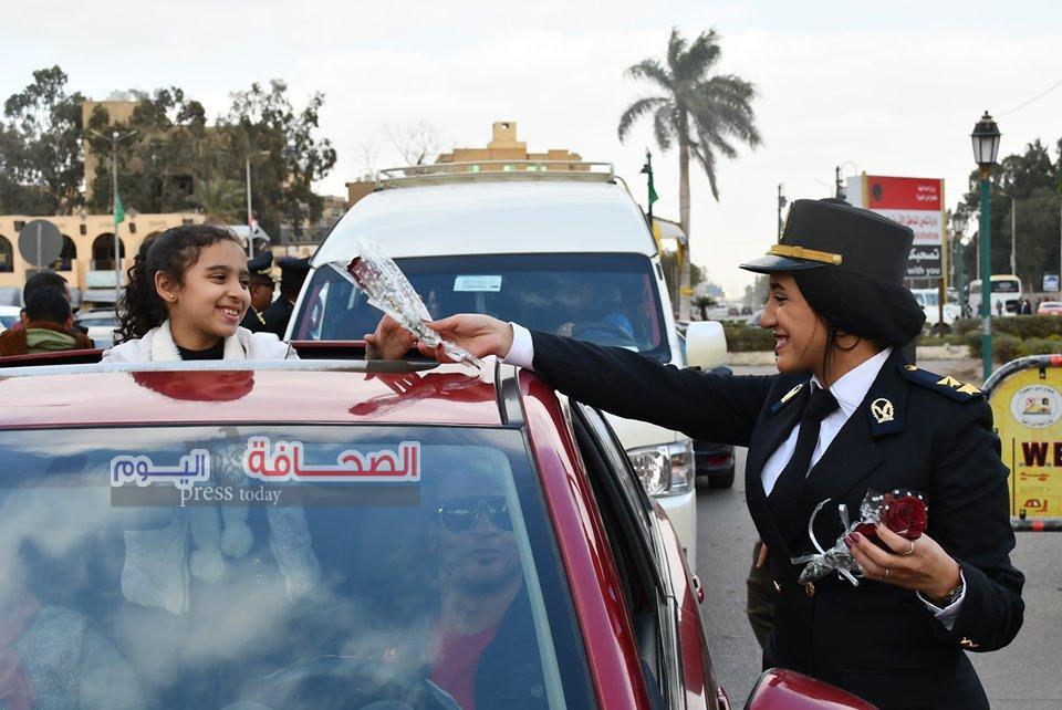 """""""بالورود """"شرطة سياحة الجيزة تستقبل الزائرين تحت سفح الأهرامات"""