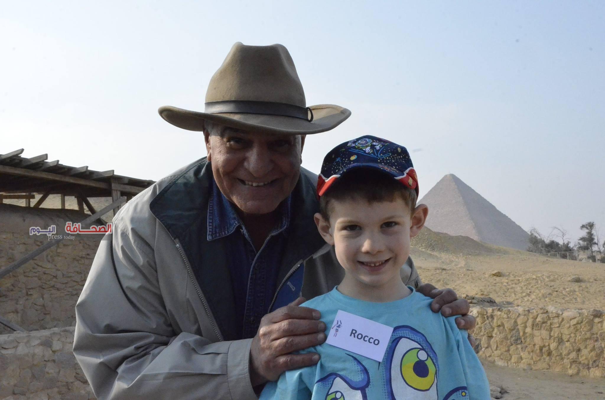 بالصور .. د.زاهى حواس يستقبل طفل أمريكى عاشق للحضارة الفرعونية
