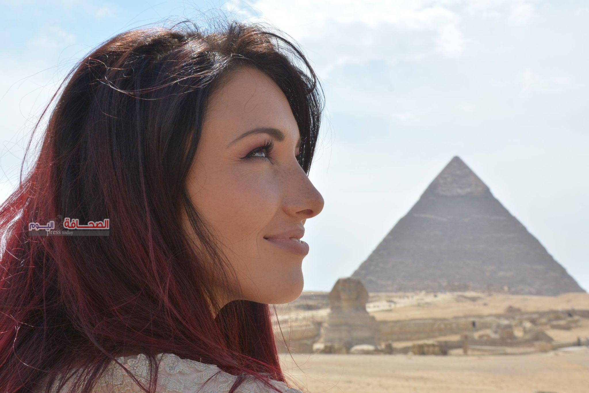 بالصور . ملكات الجمال تسجل ذكرياتهم بمنطقة الأهرامات على مواقع التواصل